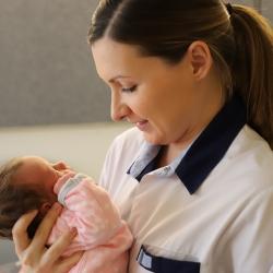 Verpleegster met baby
