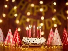 Happy Birthday, taart met kaarsjes, feesthoedjes en slingers